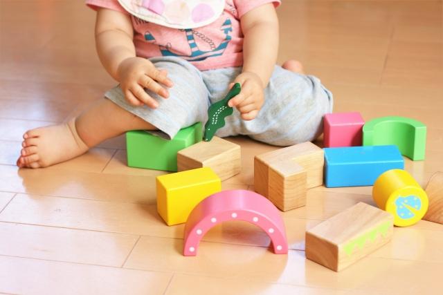 積み木で遊ぶ未就学児